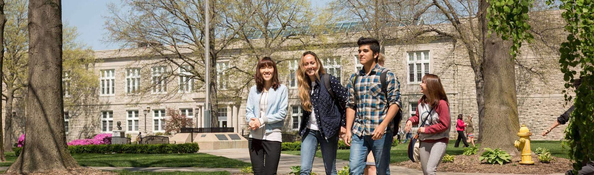 UCM students walking in quadrangle